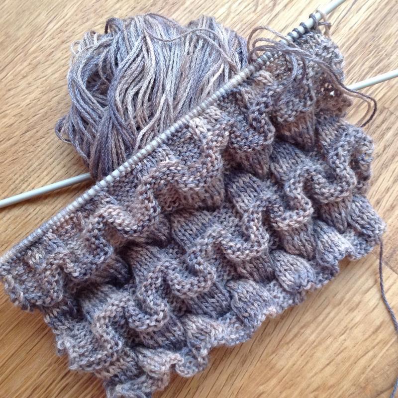 Une écharpe encore (j ai des cadeaux à faire....comme vous !) Tricotée au  point turc, aiguilles 3,5, avec une laine de ma réserve...achetée lors  d une ... d4c8684cc87