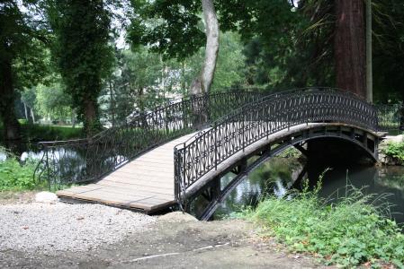 le petit pont de bois le village aux vignes. Black Bedroom Furniture Sets. Home Design Ideas