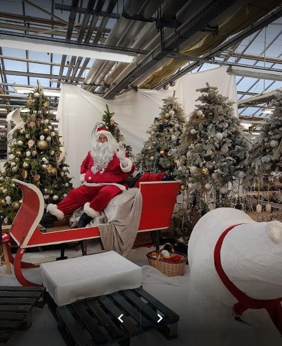 d4e01089f94c Photo prise par un visiteur du magasin, le Père Noël est gentil il fait un  coucou à tout le monde