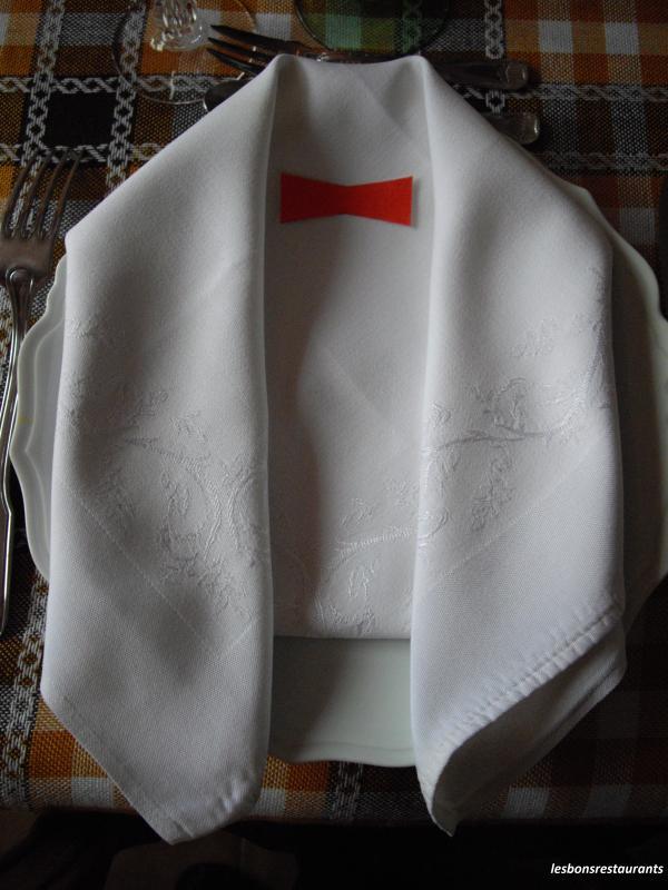 D coration et pliage de serviettes les bons restaurants - Pliage serviette costume ...