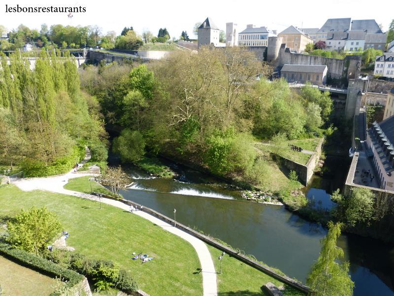 Luxembourg ville lux l 39 alzette vue de la corniche les for Piscine luxembourg ville