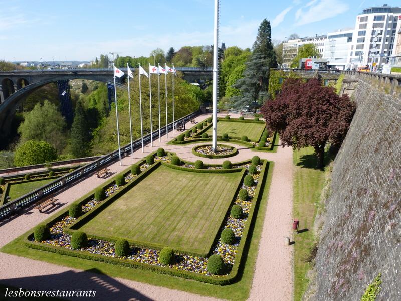 Luxembourg ville lux place de la constitution les bons for Piscine au luxembourg