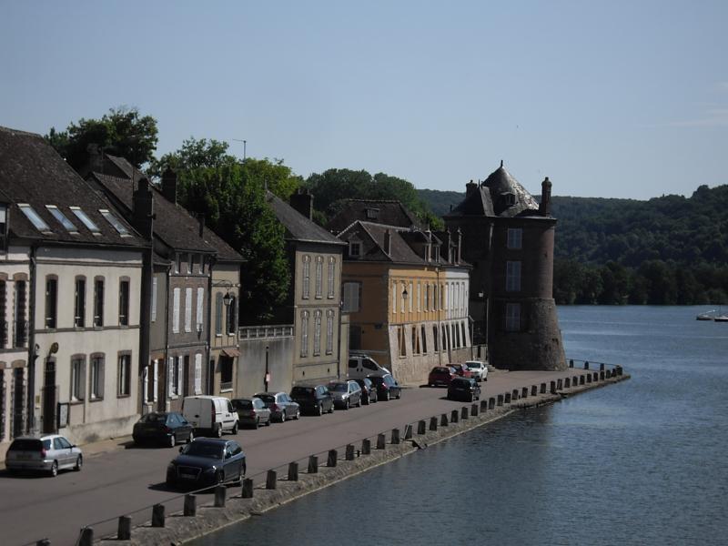Villeneuve sur yonne 89 ville du roi les bons restaurants for Piscine villeneuve le roi