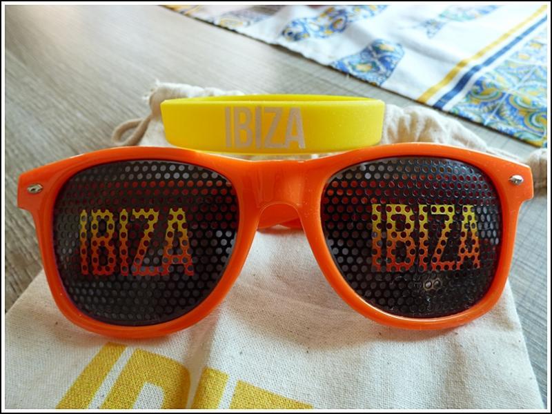df2f22bf4c Pour la circonstance, j'ai sorti mes lunettes de soleil et mon bracelet  IBIZA.... LOL.