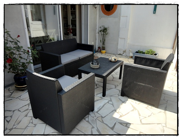 installation du petit salon de jardin la guillaumette. Black Bedroom Furniture Sets. Home Design Ideas