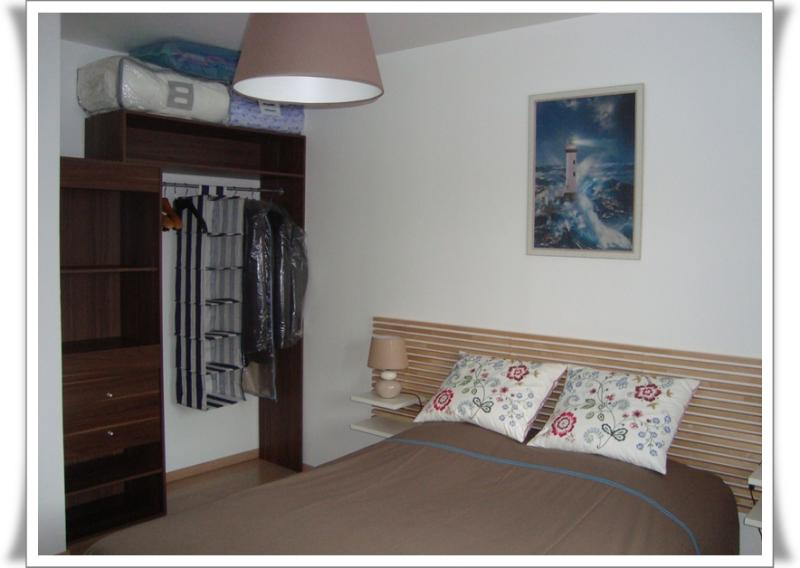 le placard dans la chambre d 39 amis 3 novembre 2011 la guillaumette. Black Bedroom Furniture Sets. Home Design Ideas