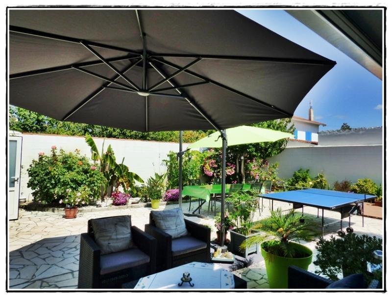 Nouveau parasol pour le petit salon de jardin 29 juillet for Salon de jardin avec parasol