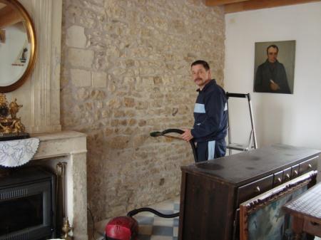 Traitement des pierres apparentes dans la maison la guillaumette - Mur de pierre salon ...