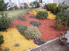 emp cher la pousse des mauvaises herbes avec des ecorces d 39 arbres entretenez vos plantes et. Black Bedroom Furniture Sets. Home Design Ideas