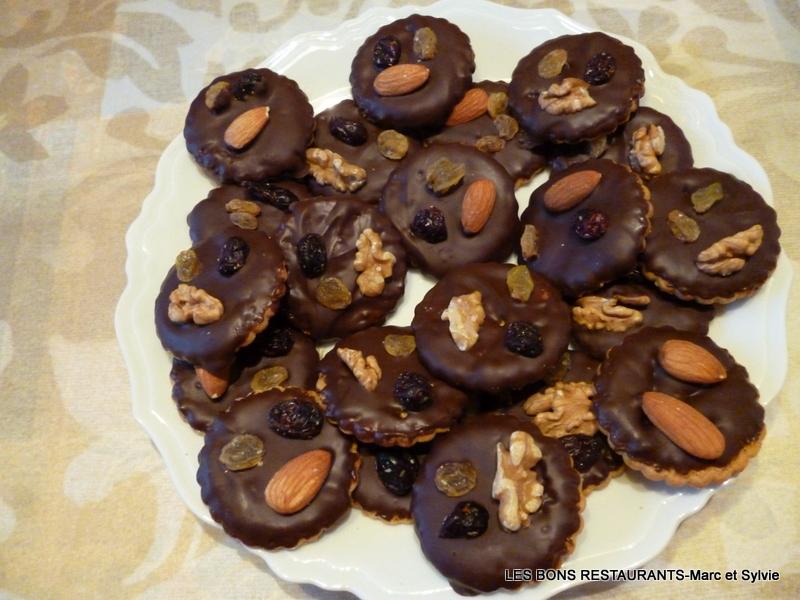 mendiants chocolat et fruits secs les bons restaurants. Black Bedroom Furniture Sets. Home Design Ideas